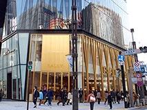 世界的な建築家がデザインした豪華なファサードがひときわ目立つ「バリー銀座店」。世界最大の旗艦店で日本初のコーナーも