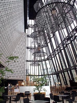 同店のコンセプトを象徴するパブリック空間「キリコラウンジ」。約27メートルの巨大吹き抜け空間にはラウンジカフェ「数寄屋橋茶房」を設け、文化・情報発信イベントも定期開催する。江戸切子モチーフのガラス越しに銀座の街並みを望める