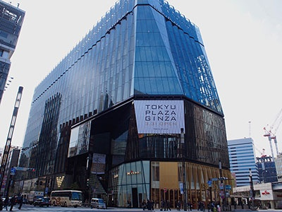 銀座・数寄屋橋交差点前に開業する「東急プラザ銀座」。江戸切子をモチーフに、光の器をコンセプトとした外観が特徴的だ。江戸切子は、江戸の硝子技術と西洋のカット技術の融合で生まれたことから、店舗の象徴になっている。3階には交差点側からエスカレーターで直接アクセスできる