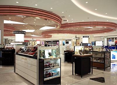 国内外の化粧品ブランドをそろえた9階「ロッテ免税店」。タックスフリーのゾーンでは日本土産や美容家電なども販売