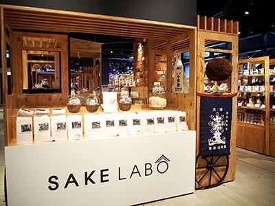 全国の日本酒と蔵元推薦のおつまみ、酒粕を使ったスイーツなど日本酒文化を発信する店「SAKE LABO」のブース。各地から集めた数十種類のカップ酒をその場で飲める(ハンズ エキスポ内)