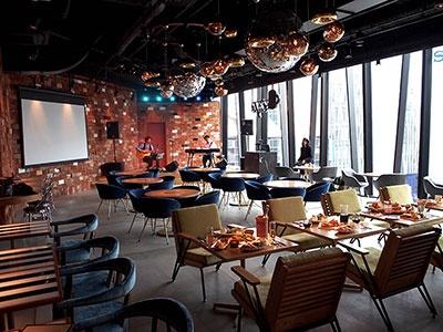 62席のカフェスペースには、演奏可能なステージも併設されている(ハンズエキスポ内)