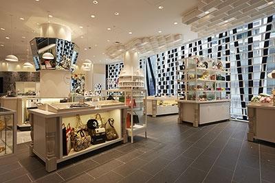 東急百貨店が手がける新業態のセレクトストア「ヒンカ リンカ」は、晴海通り側の3~5階に出店。約600坪の売り場に、アパレルと雑貨、スイーツなどをミックスして展開している