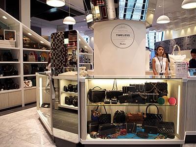 ブランド物のビンテージショップ「タイムレストウキョウ」は銀座初出店。各ブランドの旗艦店が並ぶ銀座に、シャネルやエルメスの中古バッグがずらり