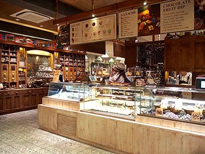 ニューヨークで人気のチョコレート専門店 「マリベル」の姉妹店「カカオマーケット バイ マリベル」が関東初出店。ニューヨーク・ブルックリン、京都店に続く世界3店舗目。ナッツ、プレッツェル、コーヒービーンズなどが入ったカラフルなチョコ レートボールやフルーツディップを量り売り。併設するカフェではジェラートやチョコレートドリンクも