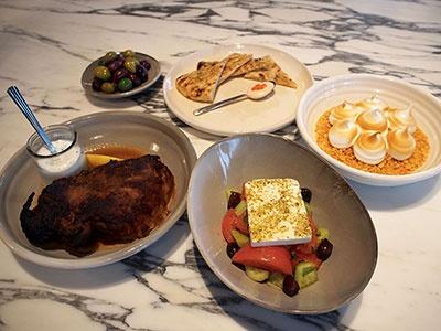 ギリシャレストラン「アポロ」のおすすめ 料理。ギリシャヨーグルトにオリーブオイルとキュウリなどを加えたザジキソースをつけて食べる「ラムショルダー」(3200円)、ピタブレッドにタラマディップをつけて食べる「タラマサラータ」(1200円)、フェタチーズとオリーブオイルを使った「グリークサラダ」(1600円)、「ギリシャ産カラマタオリーブのマリネ」( 800円)、「レモンパイ」(1600円)