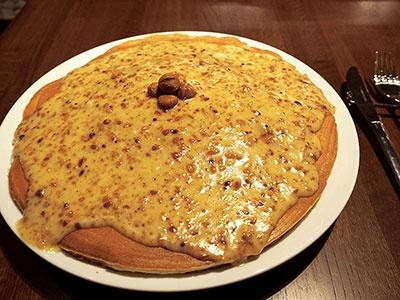 「ガイ アンド ジョーズ ハワイアン スタイル カフェ」の看板メニューは巨大パンケーキ。直径28センチ以上あるふわふわのパンケーキにココナッツクリームがたっぷりかかった「ハウピア」が一番人気。1枚1800円