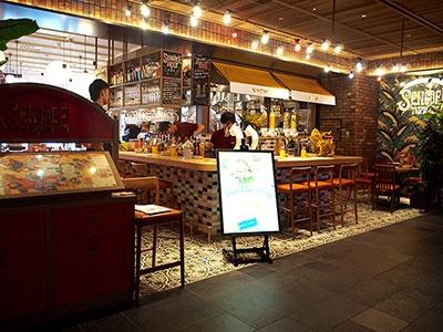 タイ王室に認められた唯一のビール「シンハービール」が展開するビアレストラン「センディー テラス」(10階)。パクチーが効いたやや酸味のあるオリジナルクラフトビールとフレーバービールもおすすめ。看板料理はタイ東北地方の郷土料理「ガイヤーン」