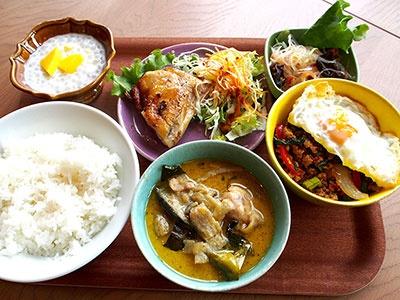 タイ料理店「「センディー テラス」のランチ。トムヤム麺などのメイン料理2種類とガイヤーン、ヤム(サラダ)、デザートのセットで1980円