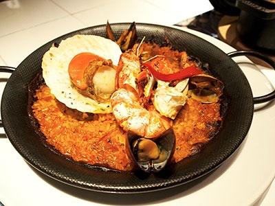 スペインバル「ラ ボデガ」は福岡近海で朝採りされた鮮魚をスペインの魚介料理で味わえる「海バル」と、こだわりの肉や野菜をグリルやアヒージョで楽しめる「山バル」で展開