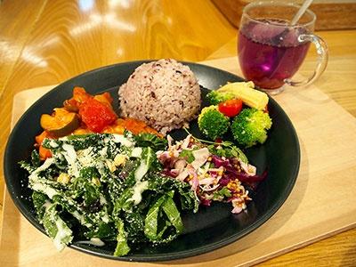 作りたてのデリやランチボックスを提供する「ディキシーデリ銀座」。産地直送の野菜やスーバーフードを取り入れた日替わりのデリを自由に選べるプレート料理と弁当がおすすめ。イートインスペースも30席用意。レギュラープレートセット980円(平日ランチはドリンクかスープ付き)