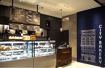 ニューヨーカーに人気の老舗ベーカリー「ザ シティ ベーカリー」は日本国内8店舗目。看板メニューのプレッツェルクロワッサンのほか、日本オリジナルの食パンやエッグベネディクトも好評