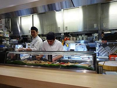 全くの未経験から4カ月で魚をさばいたり寿司を握れるようになったというスタッフ