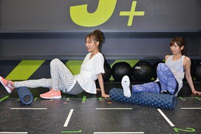 4月4日に開かれたJOYFIT新業態「J+」戦略発表会では女優でモデルの内田理央とタレントのほのかが「FUNC HIIT」を体験。筋膜リリースとストレッチのファンクショナルトレーニングからスタート。凹凸のあるロール状のギアを用いて体の可動域を広げるという