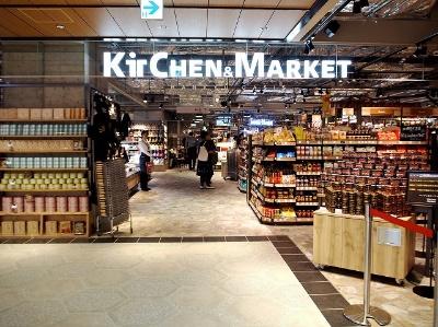 15店舗が出店した「ルクアフードホール」。中核テナントの「キッチン&マーケット」(1400平方メートル)は、スーパーマーケットの阪急オアシスが運営する