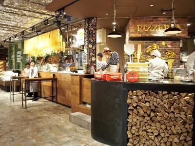 イタリア食材をメインに見ても食べても楽しめる、陽気な雰囲気のイタリアンマーケットエリア。ワインは1000種類以上で生ハムやチーズも充実。フライングピザの職人技も楽しい