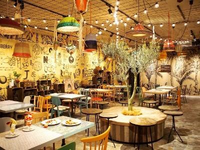 青果エリアに併設したキッチンでは、旬の果物がジュースやパフェ、クレープに。インスタ映えしそうなフルーツパーラーも要チェック