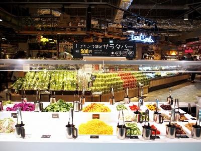 フレッシュガーデンエリアの「新鮮野菜のサラダバー」。1ボウル500円で好きな野菜を自由にチョイスできる