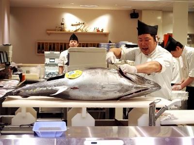 鮮魚売り場では1日5回、生本まぐろの解体ショーが行われる。魚のプロがさばきたてを握る寿司が1貫108円~。大トロは216円