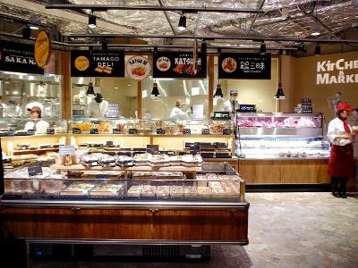 店内で焼いただし巻きたまごなどを展開する「TAMAGO DELI」、棒カツが名物の「KATSU屋」など5店舗が出店するデリステーションエリア。ランチタイムには数量限定で500円弁当も販売
