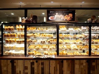 バゲットや食パンはもちろん、食事系からデザート系パンまで約50種類のパンを販売するラ・プチ~ブーランジェリー~エリア。パンの陳列もホールフーズスタイルで