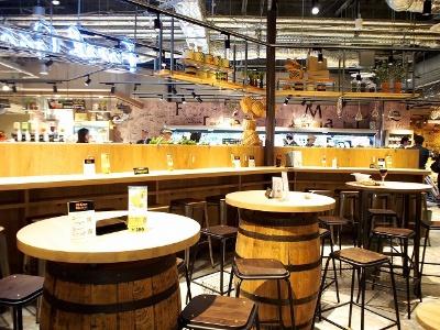 キッチン&マーケットの中央には、ランチや待ち合わせにも利用できるイートインコーナーを配置。アイスドブリューコーヒーや地ビール、オリジナルコーヒーなど30種類以上のドリンクを用意