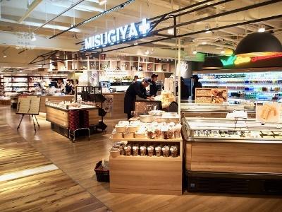 京阪神でスーパーマーケットを展開する「三杉屋」がプロデュースする新業態「ミスギヤプラス」。イートインですぐに食べられる総菜のほか、ちょい飲みにぴったりのグラスワインも用意