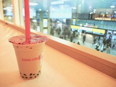 2015年に原宿にオープンし、女性に人気の台湾ティー専門店「ゴンチャ」が関西初出店。駅構内を見下ろしながら、本場の上質な台湾茶を手軽に楽しめる
