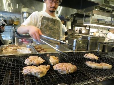 カウンターの向こうではBBQのように肉を網で焼いている