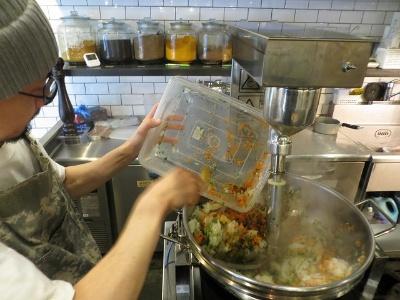 タマネギなどカレーソースを作るための香味野菜を自動で炒め続ける機械を導入