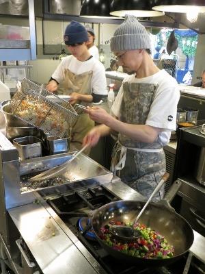 トッピングの野菜を素揚げしたり炒めたりする作業は複数人分まとめて行う