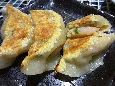 変わり餃子で人気が高いのが「ぷりぷり芝海老餃子」(3個で500円)。1個にシバエビが3尾入っていて、「エビを食べている!」と実感できる