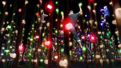 「光の立体ボルダリング」の完成イメージ図。音と光で演出されたポールを上って遊ぶ