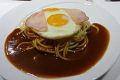 「ハムエッグ」(税込み850 円)。卵を崩し、麺と絡めて食べるのが人気だという