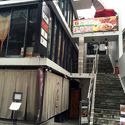ランチタイムだけ「ヨコイ Juppy店」の看板を掲げる「リゾートダイニング ジュッピー」(東京都港区六本木 7-17-19 FLEG 六本木 second3階)。六本木駅から徒歩2分。営業時間は11~15時で、日曜定休。テーブル 32 席、カウンター4 席、個室約 10 席、屋上BBQ テラス 14 席(最大 20 名収容可)