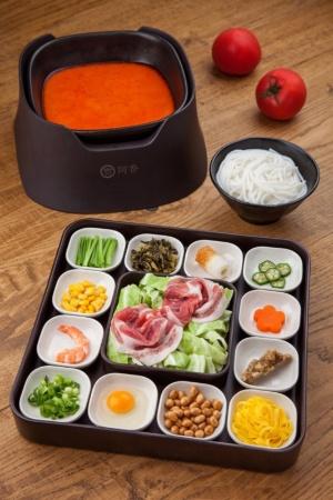 阿香秘伝のスープの中に、手作りのトマトソースや新鮮なトマトを加えた「米粉麺 トマトスープ」(1080円)