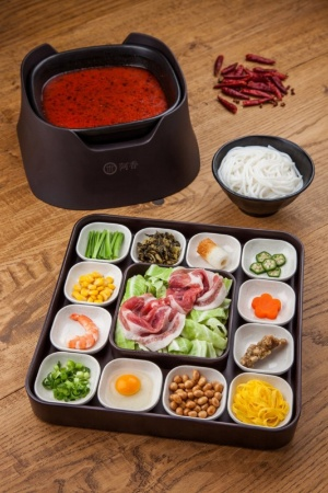 秘伝の特製味噌と唐辛子、花山椒を加えた「米粉麺 旨辛スープ」(1080円)