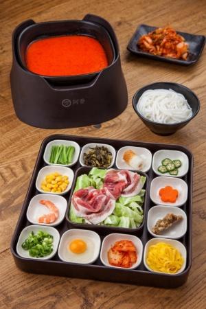 自家製の特別キムチソースと新鮮なキムチを入れた「米粉麺 キムチスープ」(1080円)