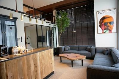 「リビングスイート」(55平米+ロフト10平米)は1室あたり11万7331円~。1 ~ 6人まで宿泊可能。天井吊りプロジェクターがあり、大画面の映像を楽しめる
