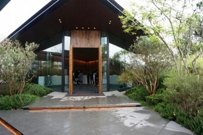 ホテル棟の隣には常緑樹を配してキッチン付きのテラスも備える「MORI」(170平米)、天窓から光が入り開放感のある「SORANIWA」(140平米)などタイプの異なる4つのバンケット会場がある