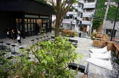 渋谷区のシンボルツリーであるケヤキが植樹された中庭は宿泊者以外も利用可能