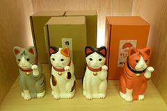 愛知県瀬戸市にある中外陶園の「瀬戸まねき猫」(4000円)。ビームス別注の「オレンジまねきねこ」も登場