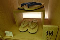 下駄の生産で知られる大分県日田市の老舗工房で作られたビームス ジャパンの下駄サンダル(8000円)。ヒノキの下駄にビルケンシュトックのソールを合わせている