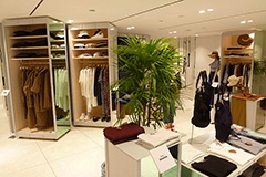 2階はメンズとレディスのカジュアルウエアを扱っている。全て日本のブランドだ