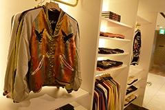 日本を代表するスカジャンブランド「テーラー東洋」の商品を多数展開。実はこの春スカジャンは若者の間でブームになっているという。同店のために作ったコラボモデルも発売