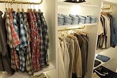 ユーズド加工に定評のある人気アパレルブランド「レミ レリーフ」のデザイナー、後藤豊氏をアドバイザーとして迎えたビームスオリジナルウエア。デニムの街として有名な岡山県の児島地区で染色や加工などが施されている