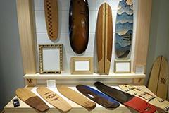 家具職人と宮大工が作ったというスケートボードデッキも販売。合板ではなく1枚板から削り出したものだとか