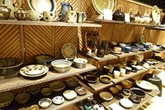 読谷山焼の著名な陶芸家である松田共司氏の茶碗など、近年人気の沖縄のやちむんや長崎の波佐見焼などが並ぶ