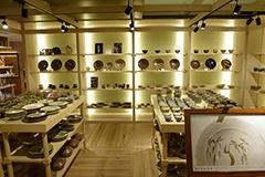 益子焼の陶芸家、人間国宝・濱田庄司氏の三男で若くして亡くなった濱田篤哉氏の貴重な作品も展示販売