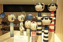 全国にコアなファンを持つこけし。遠刈田系こけしを手がける仙台木地製作所にフェニカが別注した、インディゴで絵付けを施したこけしも発売。伝統工芸品がモダンな印象に仕上がっている